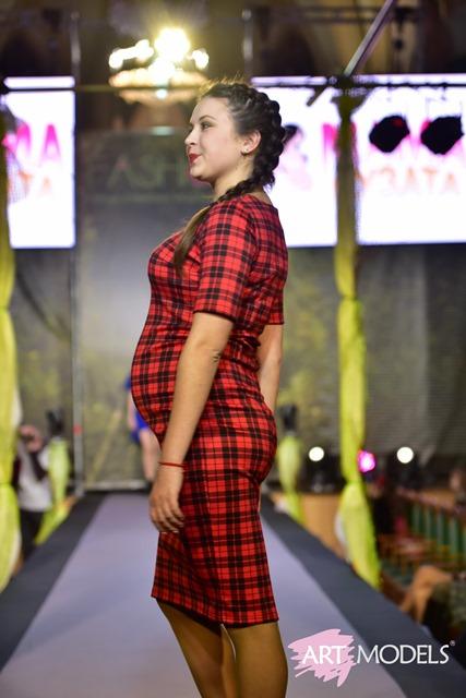 cd327c3f3d69b1 Та справжньою родзинкою першого дня модних показів став вихід на подіум  учасниць відомого проекту «Пузата мама-2017», який щовесни традиційно  проводить ...