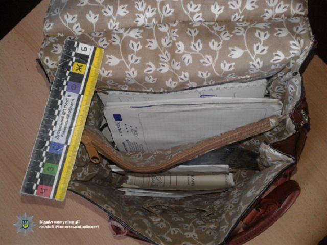 Новини Рівного - чаРівне. На Рівненщині у переселенки вкрали сумочку ... cd9476c759450
