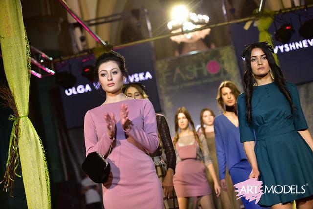 ad595daa804067 Дефіле вагітних, автентичний одяг ХІХ століття та нові тенденції від  провідних дизайнерів: у Рівному відгримів тиждень моди (ФОТО)