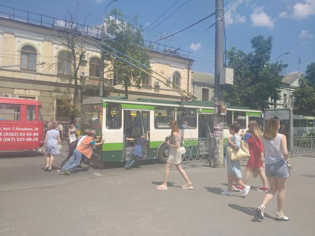 У центрі Рівного через зламаний тролейбус утворився затор